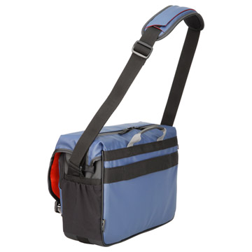 身体にフィットする傾斜式のベルトや、便利なカートハンドルスリーブを装備