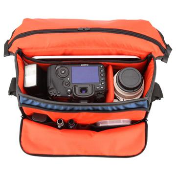 カメラ機材と13インチ薄型ノートPC、アクセサリ類を収納可能な大容量収納