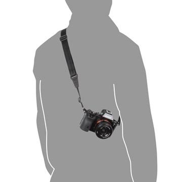 使用例:縮めると身体にフィットし、カメラの揺れを抑えて携行できます