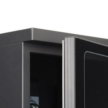 本体:キャビネットはスチール製、粉体塗装仕上げ。前面ガラスは強化ガラスを採用。