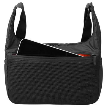 背面にはタブレット収納に便利なジッパーポケット