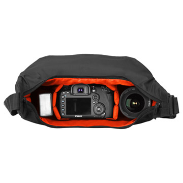 カメラ機材の一覧性に優れた大きく開くジッパー