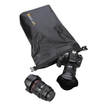 レンズを装着したデジタル一眼レフカメラ1台と交換レンズ1本を収納可能。