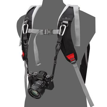 『ベース』(別売)を組み合わせると直接カメラをバックパックに吊り下げる事が可能に