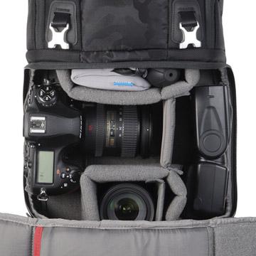 ファスナーで全開できるカメラ収納部