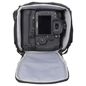 70-200mm f2.8望遠レンズを装着した、プロ用一眼レフカメラを収納可能