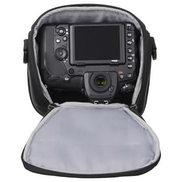 標準/中望遠レンズを装着した一眼レフカメラを収納可能