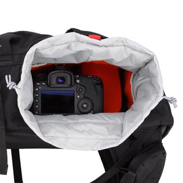 取り外し可能なインナーボックス式のカメラ収納部(写真はブラック)