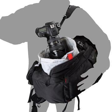 バッグを下ろさずに素早く機材が取り出せるサイドアクセス構造(写真はブラック)