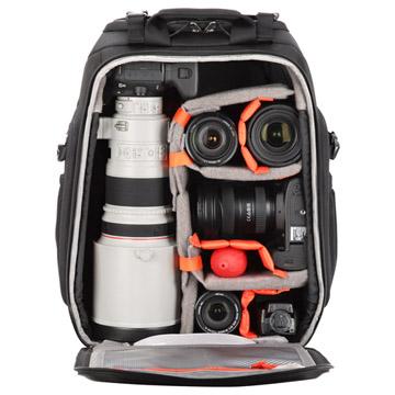 大口径望遠レンズを装着した一眼レフカメラとサブ機などの収納にも対応