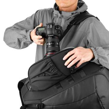 バッグを下ろさずに素早くカメラを取り出せる、サイドアクセス機能