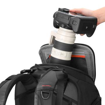 バッグを立てた状態で大口径レンズを装着したカメラを取り出せるトップアクセス機能