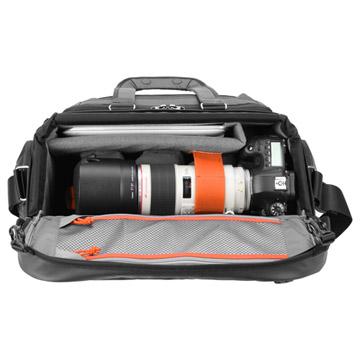 大口径望遠ズームレンズを装着した一眼レフカメラを横置きに収納可能な設計