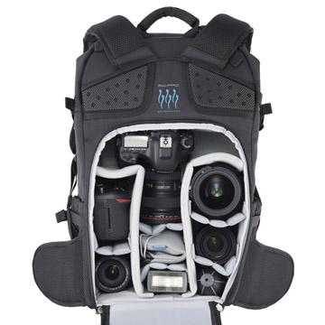 セキュリティ面に優れ、機材の一覧性も高い背面アクセスのカメラ収納部
