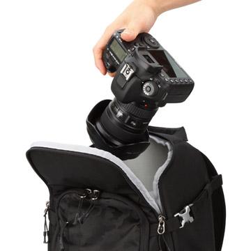 カメラを素早く取り出せる天面アクセス