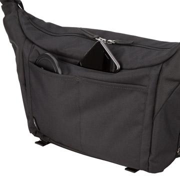 すぐ取り出したいものの収納に便利な背面ポケット