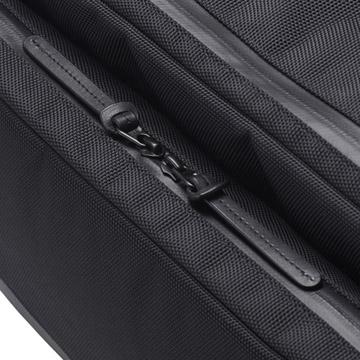 耐摩擦性に優れた1680Dナイロンと高級感のある本革を使用
