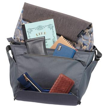 小物の収納に便利なフロントポケット