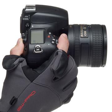 手の動きを妨げずカメラを操作可能な、立体裁断フォルム