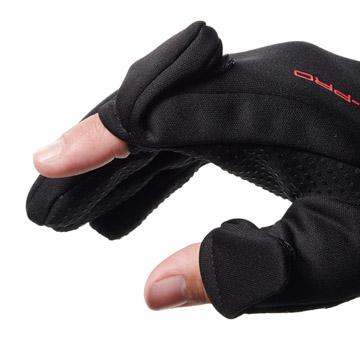 指先の開閉部分は、衣服や肌を傷つけにくい面ファスナー