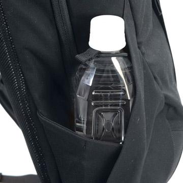 ドリンクボトルを固定できるサイドポケット