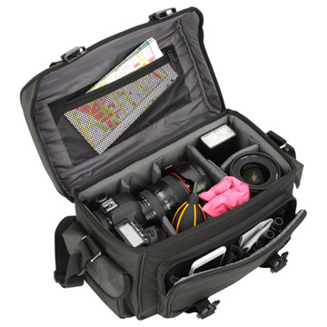標準/中望遠レンズを装着したプロ用一眼レフカメラを収納可能