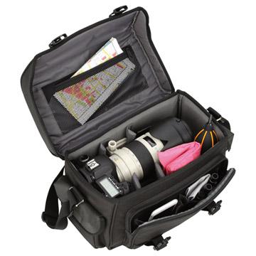 フード逆付け望遠レンズを装着したプロ用一眼レフカメラを収納可能