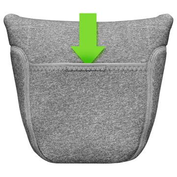 背面はレンズキャップの収納に便利な面ファスナー付きオープンポケット