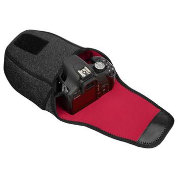 ワンタッチでサッと開き、すぐに撮影することができるカメラケース