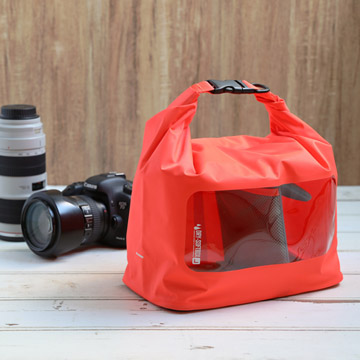 自宅や旅先などでカメラと交換レンズを気軽にしっかり保管できます。