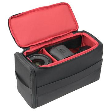 プロ用一眼レフカメラ1台、レンズ2本を収納可能