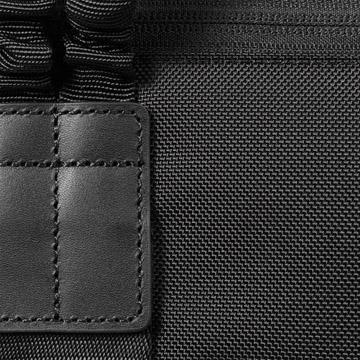 高品質な素材(本革や840Dナイロン)を使用し、高級感ある仕上がりに