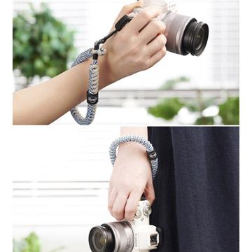 カメラの持ち運びや落下防止に