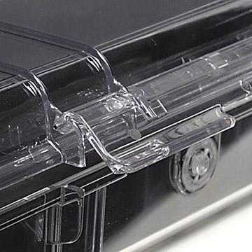 ステンレス製のピンを使用した強固な樹脂製ロックレバー(写真はブラック/クリア)