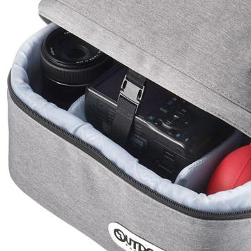 下段の収納部には、不意に開くことを防止するバックル付きで安心