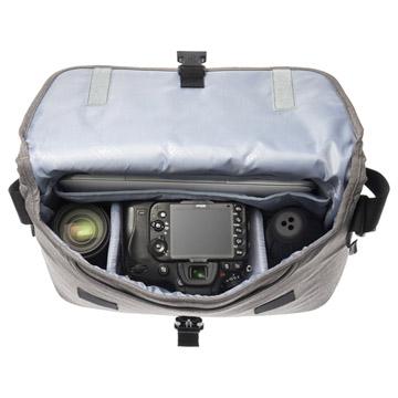 エントリークラスの一眼レフカメラと交換レンズの収納が可能