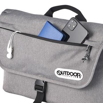 フラップにはファスナーポケット付きですぐに取り出したい小物の収納が可能