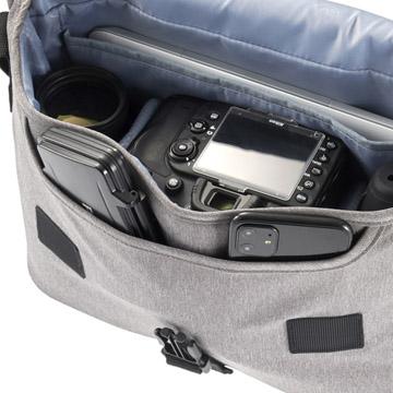 フラップを開くと、メモリーカードケースなどの収納が可能なポケット付き
