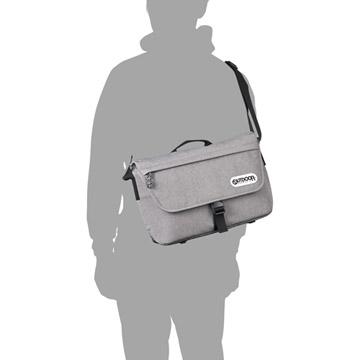 カメラバッグに見えないタウンユースに適したデザイン(モデル身長170cm)