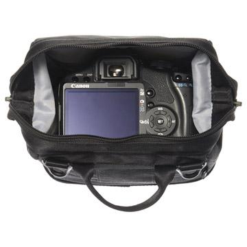 標準レンズ付きの小型一眼レフカメラ、または高級ミラーレス一眼カメラの収納が可能