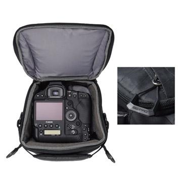 大口径レンズを装着したプロ用カメラを収納
