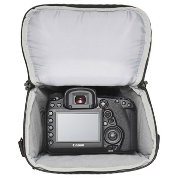 70-200mm f2.8望遠レンズを装着した一眼レフカメラを収納可能
