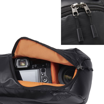 ズームレンズを装着した一眼カメラと交換レンズ1本を収納可能