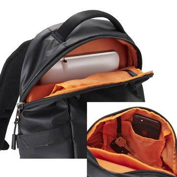 上部気室には財布などカメラ以外を、背面にはA4書類やタブレットPCを収納可能