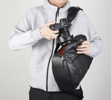 バッグを下ろさずに素早くカメラを取り出せるサイドアクセス構造