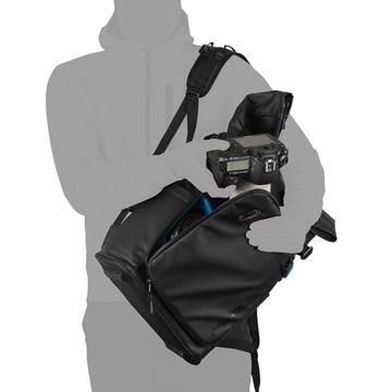 バッグを下ろさずにカメラを取り出せる