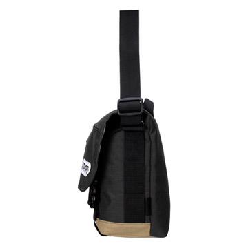 側面:カメラポーチ、等(別売り)の装着が可能なサイドベルト付き