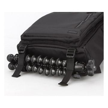 小型三脚やウェアを固定できるベルト付き