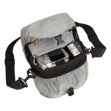 オールウェザーカバー装着時でもバッグを開けます