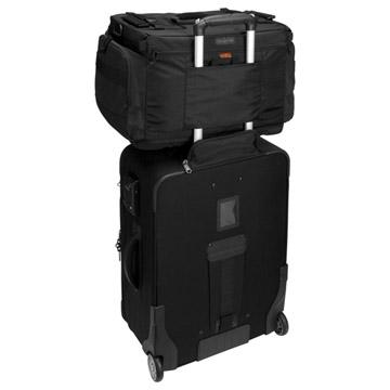 使用例:背面はカートの上のサブバッグとして固定可能なスリーブ付き